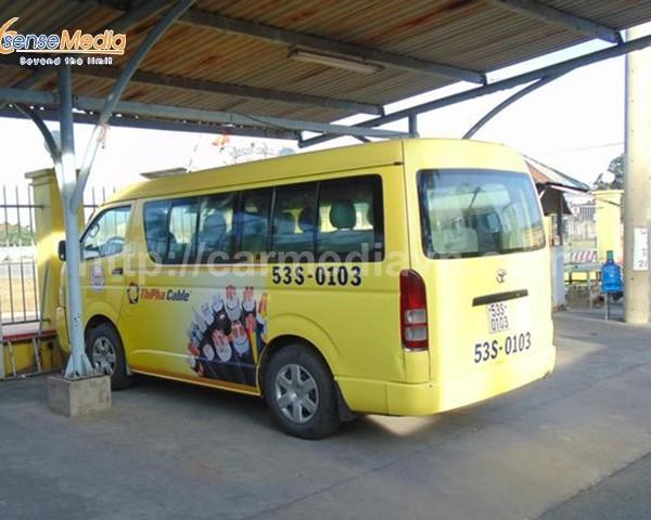 Quảng cáo trên xe ô tô đưa đón cán bộ công nhân viên chuyên nghiệp và hiệu quả