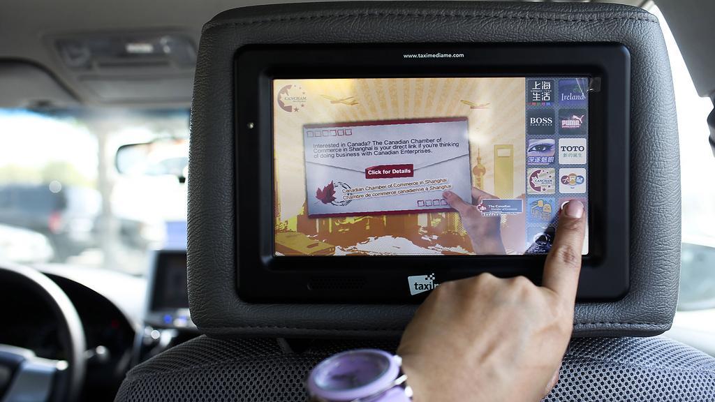 quảng cáo LCD trên taxi
